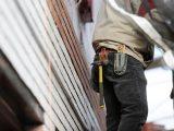 Håndværker arbejder på stillads