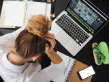 Stresset dame er sur over ødelagt computer