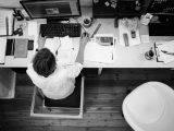 Mand arbejder på roddet kontor