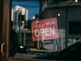 Butik har åbent skilt på døren