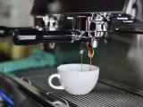 Kaffekop bliver fyldt i maskine