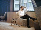 Mand sidder og ser stilet ud på arbejdet