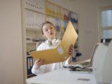 Revisor kigger papirer igennem