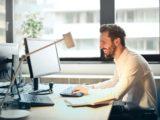 Mand arbejder koncentreret på kontor