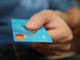 Person har et kreditkort i hånden