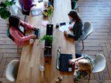 arbejdsplads på kontor med langt bord