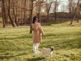 Dame ringer i telefon og går tur med hund