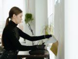 Kvinde printer ting ud på kontor